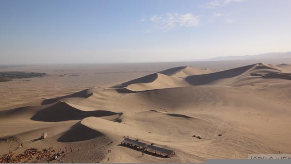 从鸣沙山顶看沙漠风光
