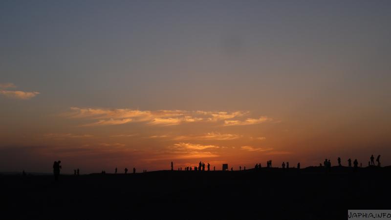 在敦煌雅丹看夕阳
