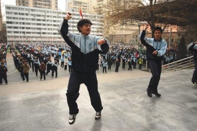 """兰州日报:兰大附中两千学子舞动""""校园 style"""""""