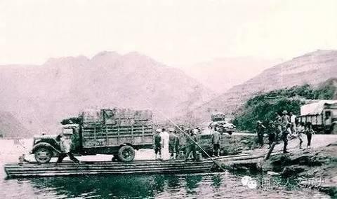 用木船载运装有文物的汽车渡河