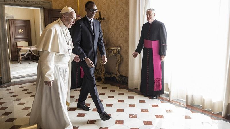 教皇方济各在梵蒂冈与卢旺达总统保罗卡加梅会面