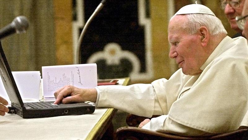 教皇约翰保罗二世在梵蒂冈正在发送一封电子邮件