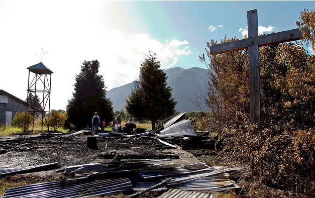 智利阿劳卡尼亚南部的一座教堂被烧成灰烬